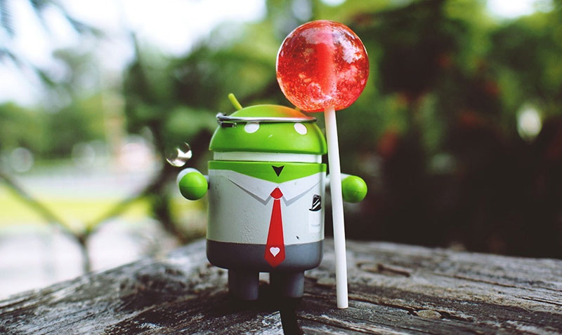 Android robot en traje Lollipop